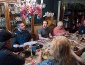 مارك زوكربيرج يفاجئ أسرة أمريكية ويتناول العشاء معها
