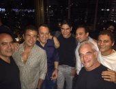 عمرو دياب ينشر صورة مع أبو هشيمة وأصدقائهما قبل حفلته فى القاهرة الجديدة
