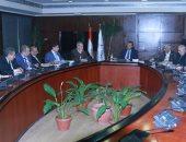 وزير النقل يجتمع بقيادات السكة الحديد ويبدى عدم رضاه عن تطوير المزلقانات