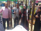 بالصور.. شاب فلسطينى يقيم عرسه داخل قفص حديدى تضامنا مع الأسرى