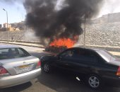 تفحم سيارة ملاكى بسبب اشتعال النيران بها فى التجمع الخامس