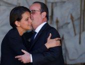 """بالصور.. فرانسوا هولاند يودع وزيرات فرنسا بـ""""البوس والأحضان"""""""