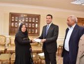 محافظ أسيوط يسلم الأم المثالية شيكا بـ50 ألف جنيه نيابة عن الرئيس السيسي
