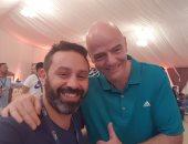 """حازم إمام ينشر صورته مع رئيس الفيفا على """"تويتر"""""""