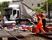 بالصور.. اصطدام شاحنة بضائع بأحد أسوار مترو الأنفاق بسويسرا