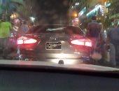 قارئ يرصد سيارة بدون أرقام تسير فى ميدان العتبة