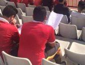 حب الأهلى والزمالك أهم من الامتحان.. مشجعو القطبين عين على الملعب وأخرى بالكتاب