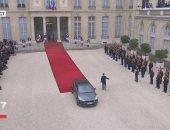 بالصور.. هولاند يحيى الفرنسيين من سيارته ويتوجه إلى مقر حزبه