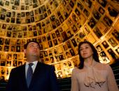 بالصور.. رئيس وزراء أوكرانيا وزوجته يزوران المتحف التذكارى للمحرقة بإسرائيل