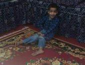 عمر 9 سنوات زاحفا صامتا بدون أم يعانى من الشلل الرباعى