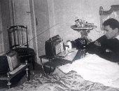 حكاية صورة جلس فيها العندليب ليشاهد التليفزيون على سريره