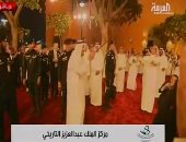 """بالفيديو.. خادم الحرمين الشريفين يؤدى """"العرضة"""" السعودية بمركز الملك عبد العزيز"""