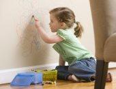 4 طرق لإزالة بقع ألوان الشمع من على الجدران بسهولة