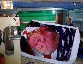 """بالصور.. فلسطينيون يطبعون ملصقات لـ""""ترامب"""" قبيل زيارته الأراضى المحتلة"""