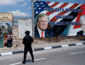 """بالصور.. فلسطين تستقبل ترامب بلافتة """"مدينة السلام ترحب برجل السلام"""""""