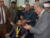 محافظ جنوب سيناء يسلم كرسى متحرك لأحد الأبطال الرياضيين