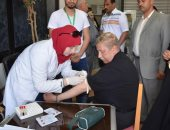 محافظ الإسماعيلية يتابع المسح الطب لمكافحة فيروس سى ويسحب عينة دم للفحص
