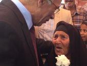 """بالفيديو.. مُسنة تفاجئ محافظ شمال سيناء بإهدائه وردة مقابل أن يوفر لها """"قطرة عين"""""""