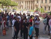 """بالفيديو.. طلاب """"حقوق القاهرة"""" ينظمون وقفة احتجاجية لصعوبة الامتحانات"""