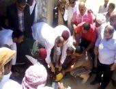 """بالفيديو.. محافظ مطروح يذبح عجلين ويوزع 15طن مواد غذائية على أبناء """" أم الصغير """""""