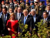 ترامب يدفع بيده رئيس وزراء الجبل الأسود ليتقدم الزعماء فى قمة الناتو