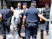 """بالصور.. شرطة فرنسا تعتقل 10 محجبات لارتدائهن """"البوركينى"""" بشواطئ مدينة كان"""