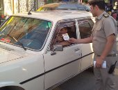 بالفيديو والصور.. مرور الدقهلية يوزع امساكيات رمضان على السائقين