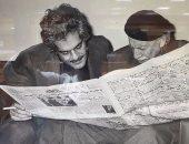 شاهد.. صورة نادرة لعمر الشريف وتوفيق الحكيم يتصفحان خبرا بجريدة الأهرام