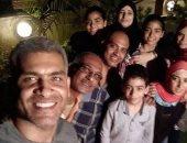 هانى عادل ينشر صورة بصحبة عائلته ويعلق :ربنا يخليكوا ليا