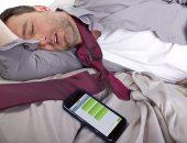 انتبه.. وضع الهاتف المحمول بجانبك أثناء النوم يصيب خلايا المخ بالتلف