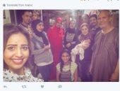 """رنا سماحة تنشر صورة لها مع عائلتها: """"يلا نرجع قعدة العيلة بتاعة زمان"""""""