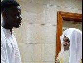 بوجبا لاعب مانشستر يونايتد يصافح الشيخ الحذيفي إمام المسجد النبوى