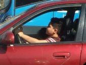 فى غياب الرقابة المرورية.. طفل يقود سيارة ملاكى أمام محطة مترو كوبرى القبة