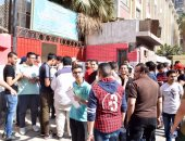 بالصور.. توافد عشرات الطلاب لأداء امتحان العربى بمدرسة عمر بن الخطاب بالمطرية