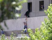بالصور.. الشرطة الإيرانية تنقذ طفلا من حادث تفجير البرلمان الإيرانى