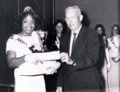 صورة نادرة أوبرا وينفرى تتسلم جائزة Miss Black Tennessee فى سن الـ17