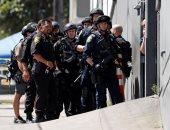امرأة تحمل مسدسا تهدد العاملين بمحل ملابس تملكه شقيقات كيم كارداشيان بأمريكا