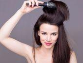 5 أخطاء  تجنبيها أثناء كى شعرك بالسشوار والمكواه.. الشعر المبلل أخطرها