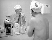 """من """"حمام بيتهم"""".. شاهد صورة نادرة لفرانك سيناترا يقوم بحلاقه """"شنبه"""""""