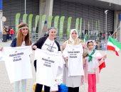 بالصور.. فتيات إيران يحتججن على عدم دخولهن الملاعب بوقفة احتجاجية من بولندا