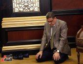 بالصور.. رئيس الأهلي يؤدى صلاة المغرب بقاعة اجتماع الأندية