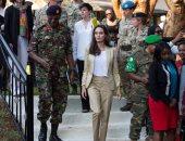 بالصور.. أنجلينا جولى تزور كينيا وتلتقى بلاجئات من ضحايا العنف