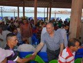 بالصور .. محافظ البحر الأحمر يشارك عمال النظافة بالغردقة إفطارهم الجماعى