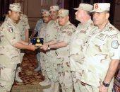 وزير الدفاع يشارك ضباط المشاة والمدفعية والإشارة تناول الإفطار