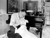 """شاهد.. فرانك سيناترا بصورة نادرة فى منزله بكاليفورنيا مع """"كلبه"""" رينجو"""