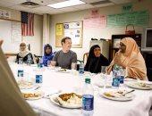 مارك زوكربيرج يتناول الإفطار مع مجموعة من اللاجئين