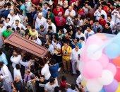 دموع الحزن فى حماية دموع الفرح.. صورة تشييع جنازة وسط احتفالات عيد الفطر