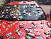"""بالصور.. فتاة تزين سيارتها بالحلوى: """"عيد فطر مبارك.. خد واحدة"""""""