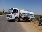بالصور.. سيارة صرف بالأقصر تلقى مياهها فى ترعة قرية الخضيرات