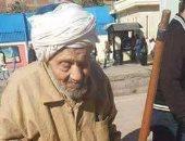 """""""صبر أيوب""""..حكاية مسن يبلغ من العمر 84 عاما يمسح السلالم للحصول على قوت يومه"""
